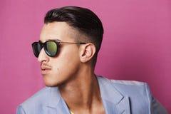 Mens die zonnebrilprofiel dragen Stock Fotografie