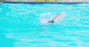 Mens die in zwembad springen stock videobeelden