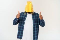 Mens in document zak bij het hoofd tonen met wijsvingers ge?soleerd op witte achtergrond stock afbeeldingen