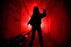 Mens in donkere tunnel royalty-vrije stock foto