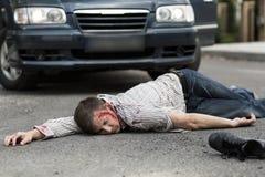 Mens door een auto wordt geraakt die stock foto's