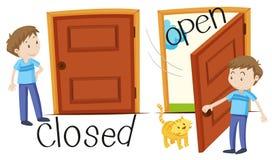 Mens door gesloten en geopende deur royalty-vrije illustratie