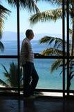 Mens door het venster Stock Afbeelding