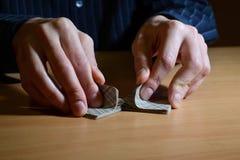 Mens in duisternis die een reeks speelkaarten bevatten en hen, bedrijfs strategisch de concurrentieconcept, close-up schuifelen royalty-vrije stock foto's