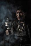 Mens in duisternis en rook in Nepal Royalty-vrije Stock Foto's