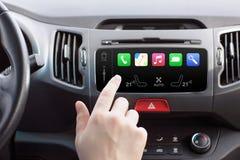 Mens in een auto en een auto slim systeem van het aanrakingsspel stock foto