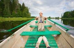 Mens in een boot royalty-vrije stock fotografie