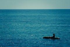 Mens in een boot Stock Fotografie
