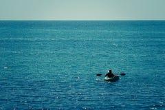 Mens in een boot Stock Foto