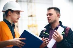 Mens een bouwproject aan ingenieur Bedrijfs moderne achtergrond stock afbeeldingen