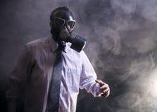 Mens in een gasmasker royalty-vrije stock fotografie