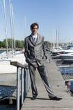 Mens in een grijs kostuum Royalty-vrije Stock Foto