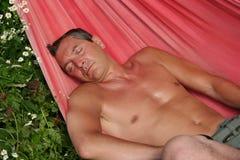 Mens in een hangmat Royalty-vrije Stock Foto's