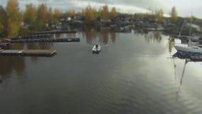Mens in een het roeien boot luchtmening stock footage