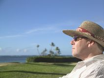 Mens in een hoed bij het strand royalty-vrije stock foto's