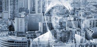 Mens in een kap over grote cityscape achtergrond Royalty-vrije Stock Fotografie