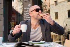 Mens in een koffie Stock Afbeelding