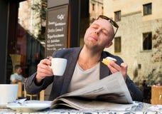 Mens in een koffie Stock Fotografie