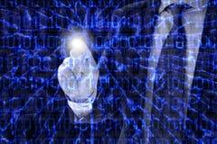 Mens in een kostuum die digitaal glas met zijn vinger duwen Royalty-vrije Stock Fotografie