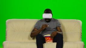 Mens in een masker vergroot werkelijkheidsapparaat Het groene scherm stock footage