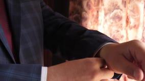 Mens in een modieuze kostuumkleding voor het werk in de ochtend de zakenman in het rode kostuum van de band donkerblauwe controle stock videobeelden