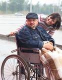 Mens in een ongeldig vervoer Stock Foto's