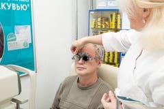 Mens in een optometrische kliniek Stock Fotografie