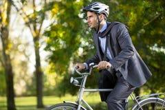 Mens in een pak op fiets royalty-vrije stock afbeeldingen