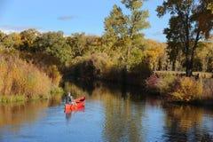 Mens in een rode kano royalty-vrije stock foto