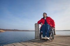 Mens in een rolstoel stock foto