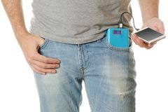 Mens in een smartphone van de zak mobiele telefoon en een machtsbank Royalty-vrije Stock Fotografie