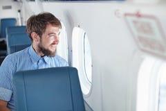 Mens in een vliegtuig royalty-vrije stock fotografie