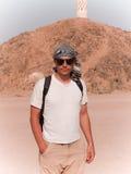 Mens in een woestijn royalty-vrije stock foto's
