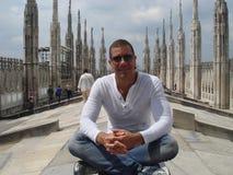 Mens en de Duomo-Kathedraal Royalty-vrije Stock Foto's