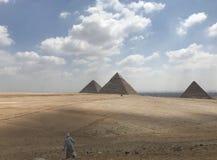Mens en de Piramide stock afbeeldingen