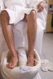 Mens en de procedure van pedicure stock afbeelding