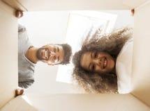 Mens en een meisje die een doos onderzoeken royalty-vrije stock foto