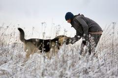 Mens en Elzassische hond Stock Foto