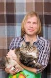 Mens en grote gestreepte kat Stock Afbeeldingen