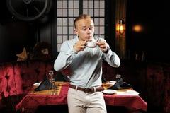 Mens en hete koffie in restaurant royalty-vrije stock foto's