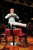 Mens en hete koffie in restaurant Royalty-vrije Stock Afbeeldingen