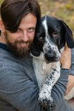 Mens en hond in de herfstpark royalty-vrije stock fotografie