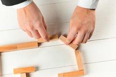 Mens en houten kubussen op lijst Grungeachtergrond voor Uw Publicaties royalty-vrije stock afbeelding