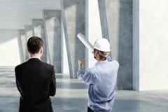 Mens en ingenieur die project bespreken Royalty-vrije Stock Afbeelding