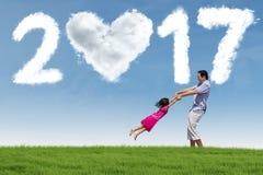 Mens en kind met 2017 bij gebied Stock Fotografie