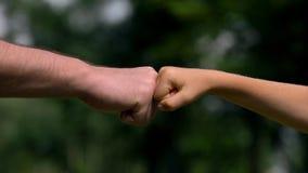 Mens en kindponsenvuisten, ouders als betrouwbare steun voor kinderen, close-up royalty-vrije stock afbeelding