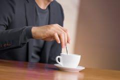 Mens en koffie Stock Afbeeldingen