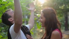 Mens en meisjes het smilling aan elkaar in het bos stock footage