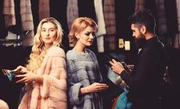 Mens en meisjes met de bezige portefeuilles van de gezichtengreep royalty-vrije stock afbeelding
