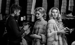 Mens en meisjes met de bezige portefeuilles van de gezichtengreep royalty-vrije stock fotografie